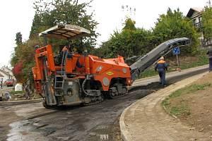 Silničáři frézují asfalt. Ilustrační foto.