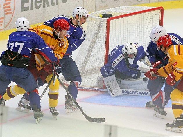 V úvodním přípravném utkání na novou sezonu zvítězili jihlavští hokejisté (ve žlutém) nad výběrem Francie jednoznačně 6:1. Dukla sice v úvodu inkasovala jako první, ještě do první pauzy ale čtyřmi góly skóre otočila a duel zcela ovládla.