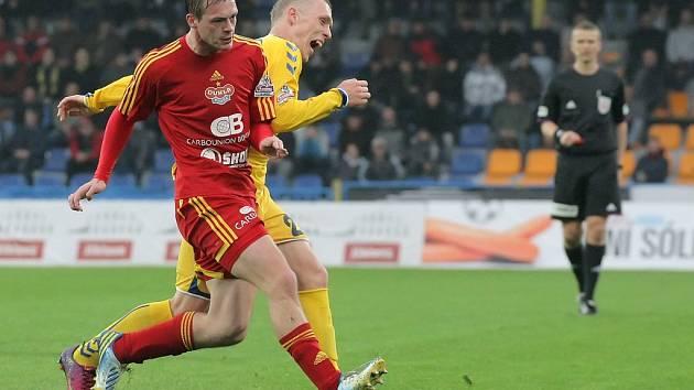 Jihlavský záložník Karol Karlík byl v pátečním duelu nepřehlédnutelnou postavou, přestože se v tomto okamžiku snažil skrýt před objektivem za hráčem Dukly.