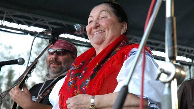 S dvorní kapelou Valašského království, skupinou Fleret, vystupuje i zpěvačka Jarmila Šuláková. Společného koncertu se dočká také publikum v Telči.