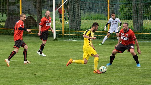 Fotbalisté Sapeli Polná (v červeném) a Bedřichova (ve žlutém) si o víkendu opět zahrají.