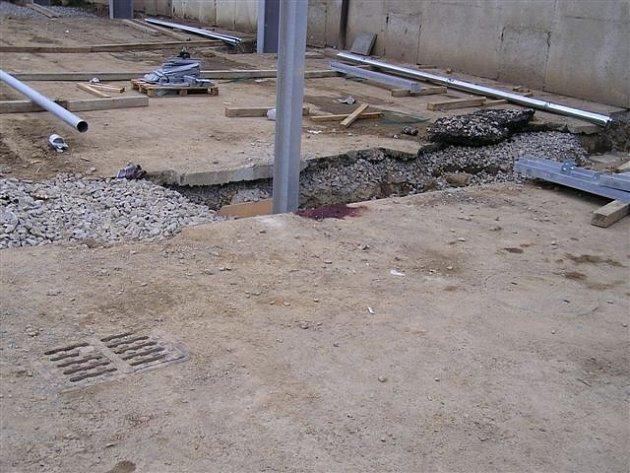 V tomto místě zemřel stavbyvedoucí z Jesenicka, který v Herolticích pracoval na stavbě haly