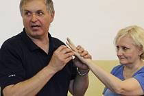 Instruktor ukazuje, že silnou zbraní žen jsou nehty. Pokud  jde o život, nehty v očích  jsou velmi bolestivé.