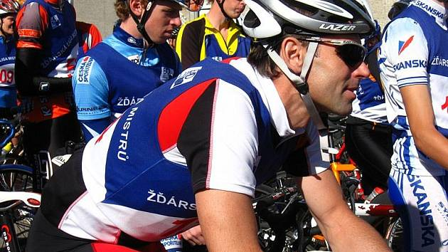 Žďársko bylo svědkem unikátu. Ján Svorada (vpředu) absolvoval šedesátikilometrový silniční závod i se svým sedmnáctiletým synem Janem (vlevo).