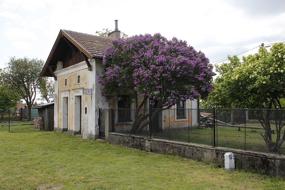 Vedlejší drážní objekt železniční stanice Rozsochy.