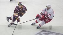 Jihlavští hokejisté (v červeném) si po dvou porážkách spravili chuť. Těžký duel v Porubě otočili a domů vezou dva body.