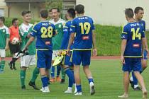 Starší dorostenci FC Vysočina (v modrém), kteří sehráli o víkendu přípravné utkání se Ždírcem, musí na čtrnáct dnů do karantény.