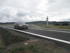 Hlavní silniční tah první třídy mezi Telčí, Starou Říší a Třebíčí byl s koncem prázdnin opět otevřený. Stavbaři zde dělali tři měsíce.