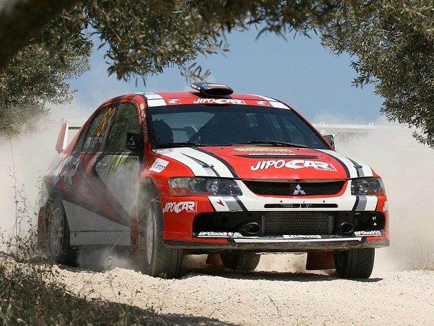 Martin Prokop potvrdil, že na šotolině se v poslední době zlepšuje. V Rallye Akropolis obsadil mezi produkčními vozy se svým Mitsubishi Lancer EVO IX šesté místo v prestižní třídě N.