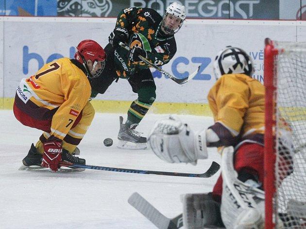 I díky skvělému brankáři Juřičkovi, který se právě chystá zneškodnit jednu z karlovarských střel, zvládli hokejoví starší dorostenci Dukly (ve žlutém) domácí duely parádně. Karlovy Vary i Plzeň porazili o dva góly.
