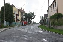 Silnice na Havlíčkově ulici v Třešti je ve velmi špatném stavu.