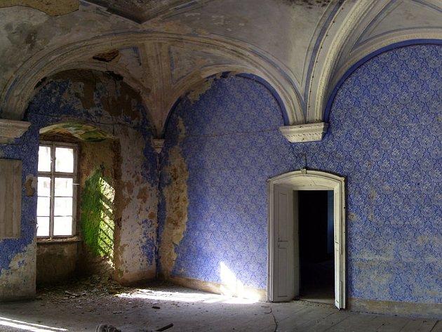 Jedním z nejhodnotnějších míst, která jsou k nalezení v brtnického zámku, je Modrý salonek. Jeho nároží je však promáčené.