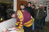Petice pro podporu přestavby Horáckého zimního stadionu nasbírala za prní den více než  třista podpisů
