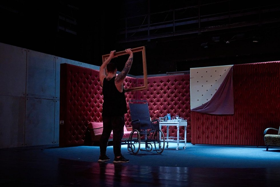 Děj hry Heda Gablerová se odehrává během dvou dní v jednom pokoji.