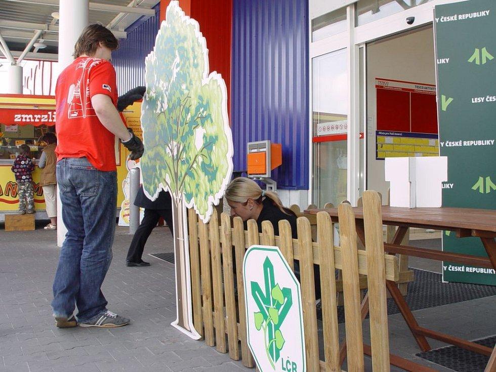 Druhá část akce se přesunula před obchodní dům v Brněnské ulici, kde rozdali zástupci Lesů ČR padesát sazenic smrků.