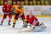 Začátek herního bloku přípravy výsledkově vyšel. Junioři Dukly porazili Hradec Králové 2:0. Jednou trefou se na tom podílel i Dominik Adam (ve žlutém).