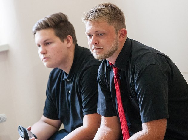 18. července u soudu v Jihlavě s červenou kravatou Ondřej Klička, silnější Matouš Vaněk.