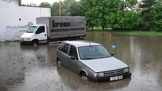 Průtrž mračen v Jihlavě. Spojnice ulic Okružní a Úvoz byla jednou z nejvíce zatopených ulic.