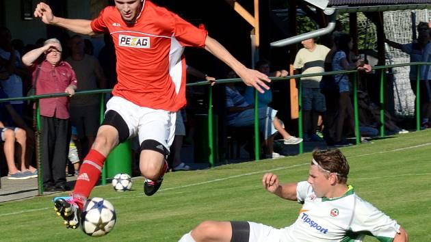 Fotbalisté Třeště (v červeném) dokázali doma porazit Vrchovinu B 2:0, a tím se takřka dostali z pásma ohroženého sestupem.