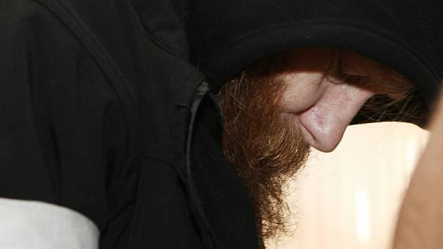 Štingl si ve vazbě nechal narůst delší vousy. Oproti dřívějšku je to změna.