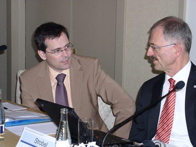 Na snímku vlevo je ředitel jihlavského Bosche Franc Gruber, vpravo sedí reprezentant skupiny Bosch Group v České republice Karl Strobel.