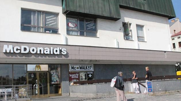 Restaurace, nebo veřejné záchody. Lidé, kteří navštíví jihlavské Masarykovo náměstí, dost často neví, že veřejné toalety najdou poblíž restaurace McDonald´s (vpravo).