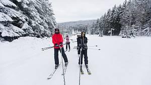 Vzdor na Čeřínku: vlek stojí, přesto se lyžuje. Lidi tahají na lanech skútry