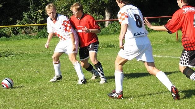 Věžnice (v červeném) v neděli hostí Dobronín a zápas kromě nádechu derby bude zejména pro trenéry Václava Hospodku a Ludvíka Hauberta hodně pikantní. Bude to střet bývalých spoluhráčů.