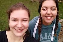 Lucie Čechová (vlevo) studuje v Newcastlu společně se svou kamarádkou.