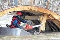 Rozvodněná Sázava začala v úterý ohrožovat existenci středověkého kamenného mostu v Ronově nad Sázavou, který patří mezi desítku nejstarších kamenných mostů v zemi. Momentálně je opravován, a hasiči proto odstranili dřevěné bednění pod oblouky.