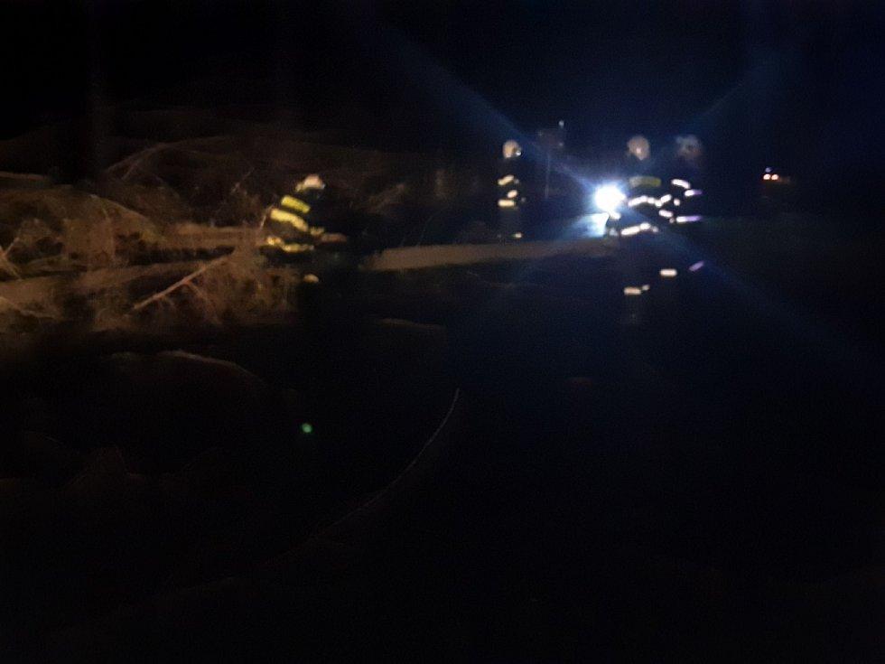 Náročnou noc za sebou mají vysočinští hasiči. Jen od půlnoci do sedmi hodin ráno v sobotu 5. prosince zasahovali u desítek spadlých stromů.