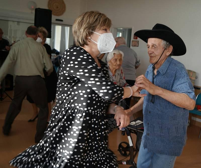 V rámci Týdne sociálních služeb se senioři v Lesnově bavili na zábavě.