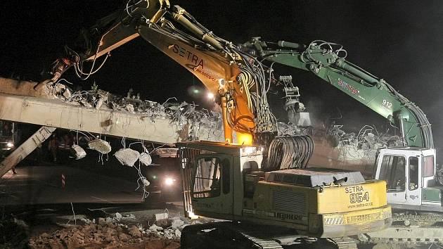 Demolice mostu na dálnici D1 nedaleko Smrčné na Jihlavsku v noci z 8. na 9. června.