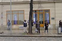 Cestující jihlavskou městskou hromadnou dopravou se musí na centrální zastávce u Sklípku na náměstí nově vyhýbat i lampě a odpadkovému koši.