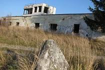 Před hlavní budovou střelnice Vílanec vymezovaly betonové jehlany tankům vjezd na tři dráhy vedoucí k lesu, kam dopadaly střely. Cesty a pěšinky byly vzorně udržované, trávníky sekané.