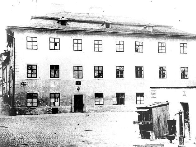 Tak to bylo. Stará budova hlavní školy v Brněnské ulici zřejmě dlouho před rokem 1892. Na jejím místě vyrostla nová budova.