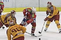 Jihlavští hokejisté (ve žlutém) předvedli na ledě Horácké Slavie dobrý taktický výkon a i díky dvěma brankám Daniela Hodka vyhráli v Třebíči 4:2. Na svého sobotního soupeře tak nyní ztrácí pouhé tři body.