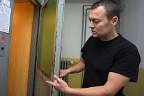 V loňském roce zemřeli po pádu do výtahové šachty tři lidé. Na vině byly zastaralé šachetní dveře, které má většina výtahů v jihlavských panelácích. Pro servisní techniky  jsou staré kabiny noční můrou.