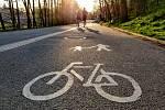 Lidé v Havlíčkově Brodě využili možnosti otevření sportovišť v rámci zmírnění zákazu volného pohybu osob. Dvojice běžců na cyklostezce v ulici Plovárenská.