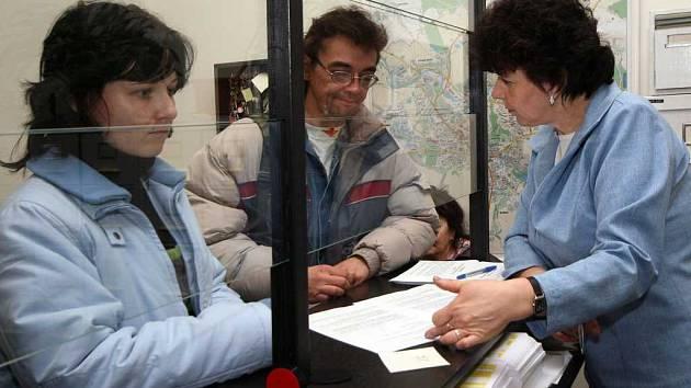 Úřednice magistrátu města Jihlava Marie Kretová vypisuje podklady pro nové občanky.