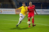 Fotbalista FC Vysočina Stanislav Klobása (ve žlutém) je rád, že může být s rodinou, ale fotbal mu už také chybí.