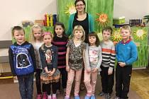 Na fotografii jsou žáci 1. třídy Základní školy v Dušejově. Jejich třídní učitelkou je Helena Vrbická.