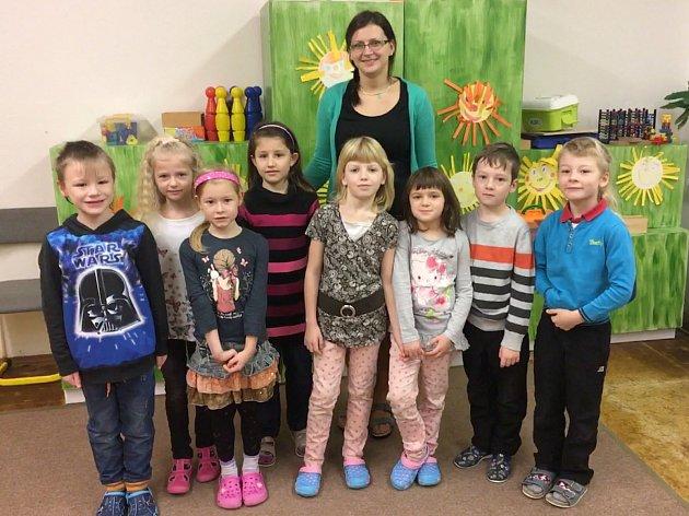 Na fotografii jsou žáci 1.třídy Základní školy vDušejově. Jejich třídní učitelkou je Helena Vrbická.