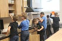 Žáci základní školy už jsou v kuchyňce jako doma.