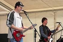 Členové kapely Rudý voči hrají společně převzatou tvorbu už asi šest let.
