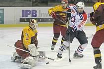 Třebíčští hokejisté (v bílém) ukazují v závěru sezony obrovskou odhodlanost. Již několikrát to vypadalo, že na předkolo play-off ohou zapomenout, ale jsou stále ve hře a v sobotu je čeká klíčový duel s Litoměřicemi.