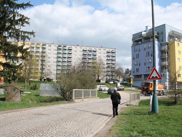 Pozor, nerovná vozovka. Tato značka upozorňuje řidiče na hrboly na několika místech v Telečské ulici v Jihlavě vedoucí směrem do městské části Pístov.