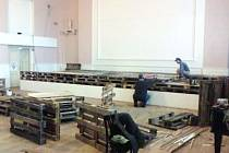 Snímek ze stavby pódia. V těchto dnech už je jeho plocha zakrytá kobercem a připravena k užívání.