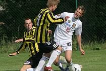 Jihlavský fotbalový talent Michael Rabušic (v bílém) by se měl v nejbližších dnech dohodnout na smlouvě s prvoligovým Brnem. Dnes si ale ještě zahraje v dresu FC Vysočina pohárové utkání na hřišti divizní Třebíče.