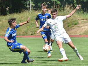 Jihlavští starší dorostenci (v modrém) se po návratu mezi elitu představili v prvním kole doma proti Mladé Boleslavi. Ta jim ale návrat znepříjemnila výsledkem 0:2.